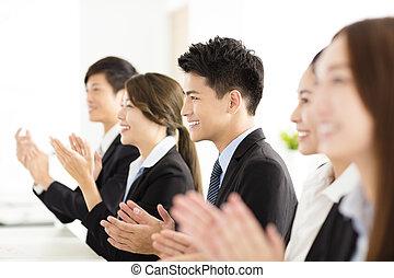 vrolijke , zakenlui, applauding, in, conferentie