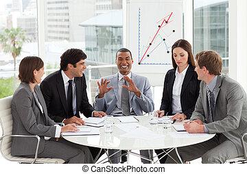 vrolijke , zakenlui, het bespreken, een, begroting, plan