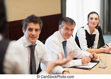 vrolijke , zakenlui, het luisteren, om te, presentatie