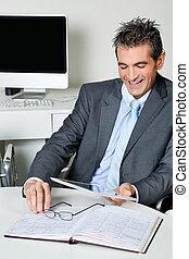 vrolijke , zakenman, gebruik, digitaal tablet, in, kantoor