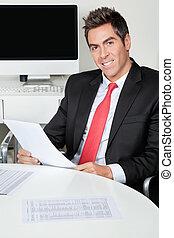 vrolijke , zakenman, holdingsdocument