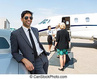 vrolijke , zakenman, leunend, auto, op, vliegterminal