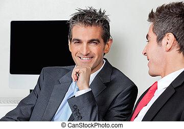 vrolijke , zakenman, met, collega