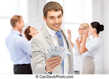 vrolijke , zakenman, met, contant, geld, in, kantoor