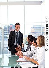 vrolijke , zakenman, na, geven van een voorstelling, met, succes
