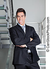 vrolijke , zakenman status, op, trap