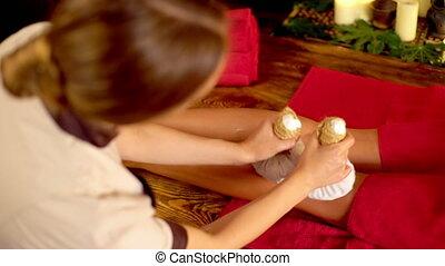 vrouw, 4k., jonge, poultice, warme, hebben, voet, spa, salon., masseren