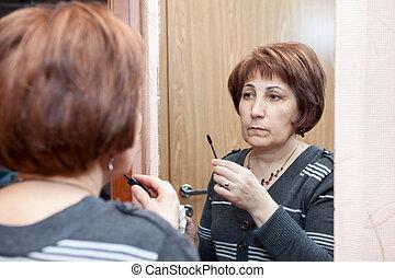 vrouw, aan het dienen, haar, opmaken, het kijken, middelbare leeftijd , spiegel, thuis