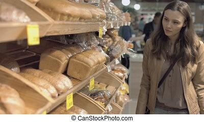 vrouw, aankoop, vers brood, in, een, supermarkt