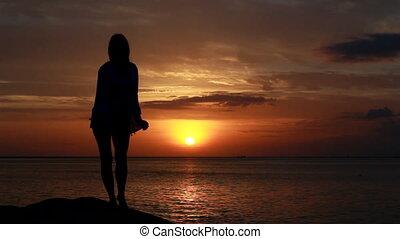 vrouw, achtergrond, dancing, ondergaande zon , zee, strand, vrolijke