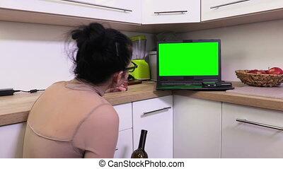 vrouw, alcohol, draagbare computer, emoties, pc, groene, drinkt, scherm