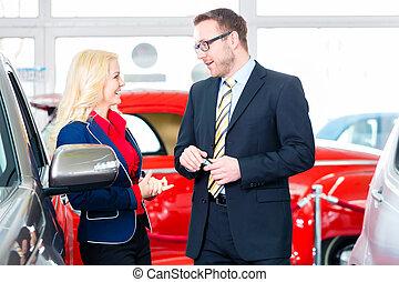 vrouw, auto, dealership, auto, nieuw, aankoop