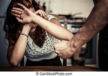 vrouw, bedekking, haar, gezicht, in, vrees, van, huiselijk geweld