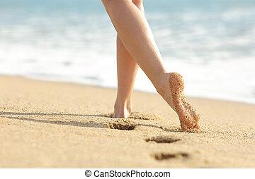 vrouw, benen, en, voetjes, wandelende, op het zand, van, de, strand