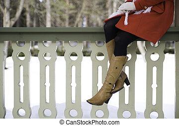 vrouw, benen, met, laarzen, op, terras, grens