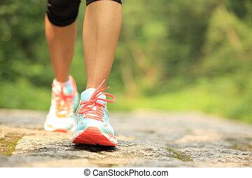 vrouw, benen, wandelende, op, bospaden