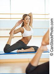 vrouw, Beoefenen,  mat,  yoga,  Stretching, jonge,  yoga, Bovenkant, aanzicht