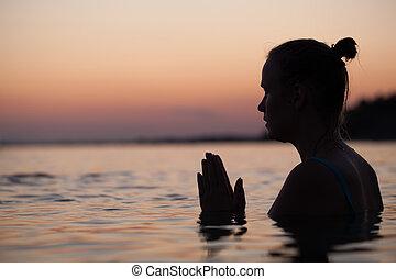 vrouw, bidden, water, gedurende, meditatie, of