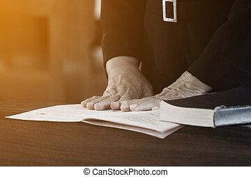 vrouw, bijbel, handen