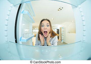 vrouw, binnen, fridge, geshockeerde, het kijken,...