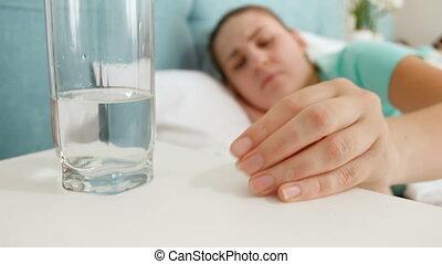 vrouw, boeiend, beeldmateriaal, jonge, bed, waterglas, bed,...