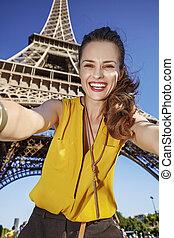 vrouw, boeiend, eiffel, parijs, tegen, frankrijk, toren, selfie, vrolijke