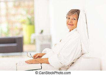 vrouw, boek, lezende , bejaarden, vredig