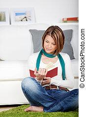 vrouw, boek, ongedwongen, lezende