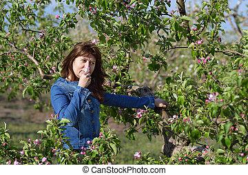 vrouw, boompje, appel, bloemtuin