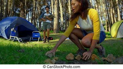 vrouw, bos, vreugdevuur, dag, 4k, het bereiden, zonnig