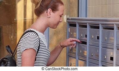 vrouw, brieven, haar, controleren, jonge, brievenbus, mooi, ...