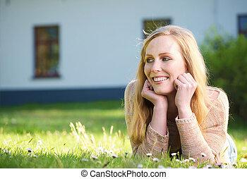 vrouw, buitenshuis, het glimlachen, gras, het liggen, vrolijke