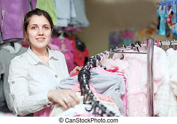 vrouw, chooses, blouse, op, winkel