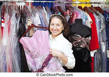 vrouw, chooses, toga, op, de opslag van de kleding
