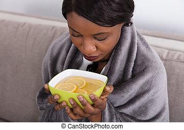 vrouw, citroen, ziek, kom, afgesnijdenene, vasthouden