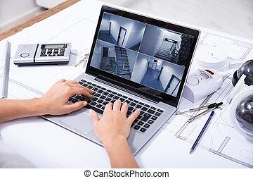 vrouw, controle, huis veiligheid, cameras, op, draagbare computer