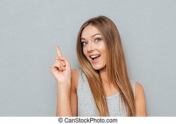 vrouw, copyspace, op, jonge, vinger, poiting, vrolijke