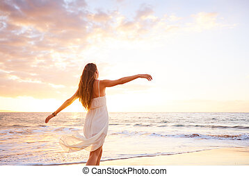 vrouw dansen, onbezorgd, zonsondergang strand, vrolijke