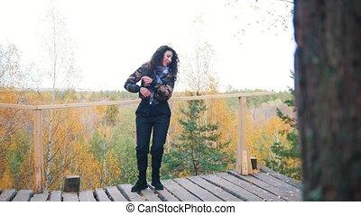 vrouw dansen, platform., bos, achtergrond, vrolijke