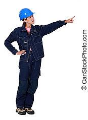 vrouw, de arbeider van de bouw, het tonen, iets