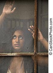 vrouw, deur, scherm, jonge, indiër, oud, het turen, uit