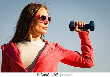 vrouw, doen, sporten, buitenshuis, met, dumbbells