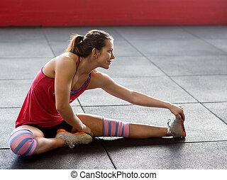 vrouw, doen, uitrekkende oefening, in, gym