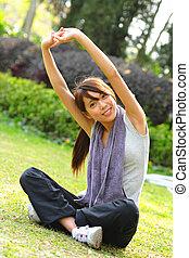 vrouw, doen, uitrekkende oefening, in park