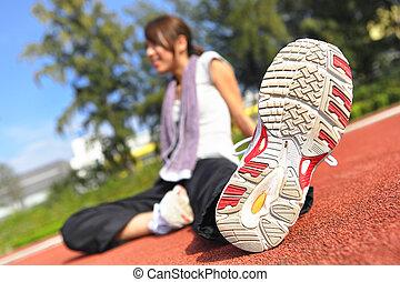 vrouw, doen, uitrekkende oefening, in, sportende, akker