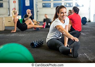 vrouw, doen, uitrekkende oefening, op, kruisen training,...