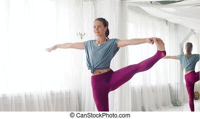 vrouw, doen, yoga, hand-to-big-toe, pose, op, studio