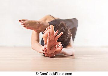 vrouw, doen, yoga, meditatie, en, uitrekkende oefening