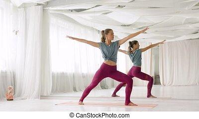 vrouw, doen, yoga, strijder houding, op, studio