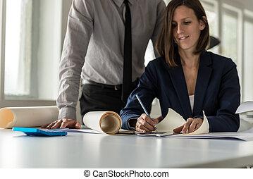 vrouw, doorwerken, een, bouwschets, op, een tekening, kantoor